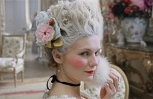 Maria Antonietta con i capelli bianchi, secondo la moda settecentesca (dal film Marie Antoinette,2006)