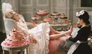 Questa scena, tratta dal film Marie Antoinette, potrebbe trarre in inganno: in realtà, la regina mangiava poco
