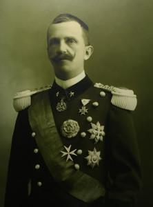 Il re Vittorio Emanuele III, celebre per la piccola statura
