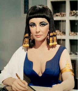 "Liz Taylor nel film ""Cleopatra"". Le donne egiziane facevano largo uso di tatuaggi"