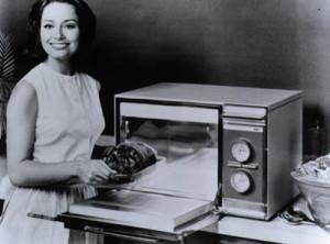 Uno dei primi modelli di forno a microonde, che rivoluzionò la vita domestica di tante famiglie a partire dalla metà del '900