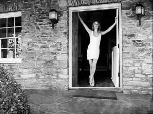 Una bella immagine di Sharon Tate sull'uscio della porta della villa di Cielo Drive, teatro del massacro