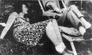 Adolf Hitler e Geli Raubal in un momento di relax. Sembra che il sadomasochismo fosse alla base della loro vita intima
