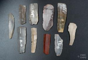 Tipici utensili (coltelli) preistorici in selce (non sono quelli trovati nell'accampamento londinese)