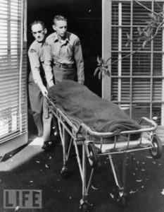 Il corpo esanime di Marilyn Monroe viene portato via dalla casa in cui abitava