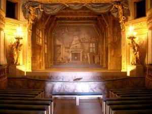 "L'interno del delizioso ""Petit théatre de la Reine"" al Trianon, Versailles"