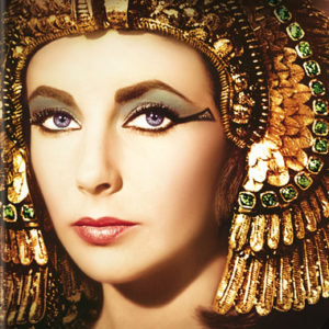 "Liz Taylor in ""Cleopatra"" con un elaborato make-up egizio"