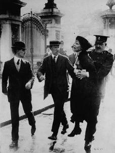 Emmeline Pankhurst arrestata a Londra durante una manifestazione (1914)