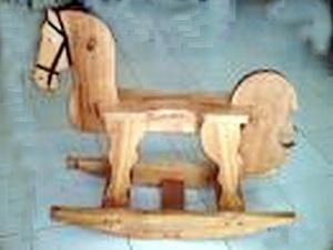 Il cavallo a dondolo in legno è un giocattolo antico, posseduto anche dai bimbi fiorentini del Medioevo