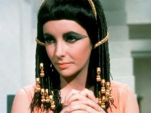 "Liz Taylor in ""Cleopatra"". Le egiziane preparavano creme antirughe con ingredienti naturali"