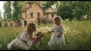 """Maria Antonietta con la figlia Maria Teresa Carlotta (scena tratta dal film Marie Antoinette, 2006). La regina ebbe anche almeno tre figli """"adottivi"""""""