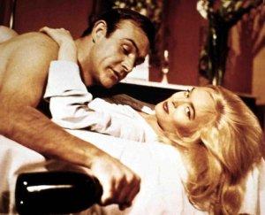 Sean Connery nei panni di 007 con l'immancabile bottiglia di champagne