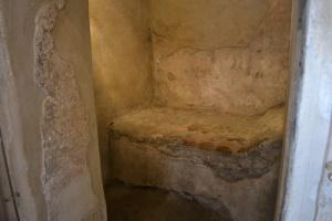 Una delle piccole stanze all'interno del lupanare di Pompei; visibile il letto in muratura