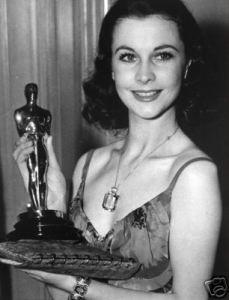 "Vivien Leigh mostra l'Oscar appena vinto per la sua interpretazione in ""Via col vento"""