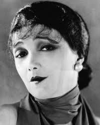 Il volto di una donna di inizio '900. Le lentiggini venivano schiarite con diversi rimedi naturali