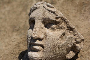 Testa femminile trovata fra i resti del santuario gallo-romano a Pont-Sainte-Maxence (Francia)