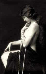 Una ragazza degli anni '20 con chiome corvine. All'epoca una lozione, una crema o un impacco fai-da-te poteva aiutare a contrastare i capelli bianchi