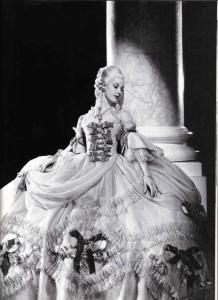 L'attrice Norma Shearer nei sontuosi panni di Maria Antonietta in un film del 1938. Vestirsi, a Versailles, era un'operazione importante e complicata