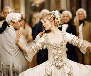 """Un invito alla corte di Versailles comportava un notevole impegno. Scena tratta dal film """"Marie Antoinette"""""""