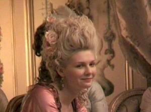 """Kirsten Dunst nel film """"Marie Antoinette"""". La regina fu soprannominata, anche, """"Signora Deficit"""""""