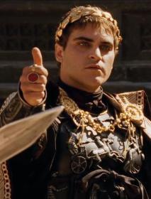 """Joaquin Phoenix interprata Commodo nel """"Il gladiatore"""". I senatori romani soprannominarono Commodo """"Imperatore gladiatore"""" in segno di disprezzo"""