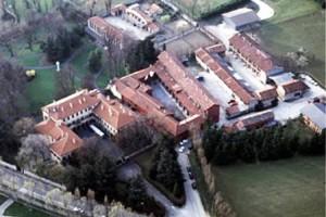 Villa San Martino ad Arcore ripresa dall'alto. Molti libri ricostruiscono la chiacchierata transazione attraverso la quale Silvio Berlusconi ne divenne proprietario