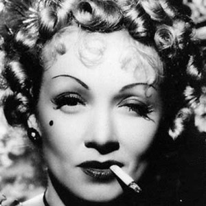 Un intenso primo piano di Marlene Dietrich