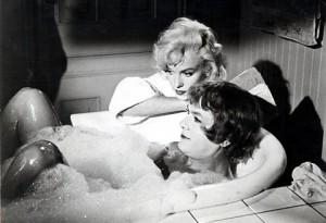 """Marilyn Monroe con Tony Curtis sul set del film """"A qualcuno piace caldo"""""""