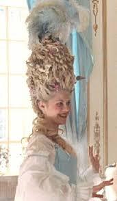 """Maria Antonietta (dal film """"Marie Antoinette""""). Persino il vaccino contro il vaiolo dette lo spunto per una nuova acconciatura"""