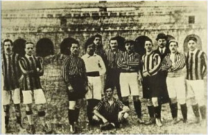 Una formazione dell'Inter di inizio '900. Anche allora la maglia era nerazzurra