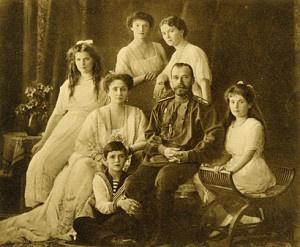 La famiglia Romanov al completo: Nicola II e la zarina Alessandra sono al centro e intorno a loro appaiono le quattro figlie femmine e il piccolo Alessio