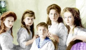 Olga, Tatiana, Maria e Anastasia. Il bambino al centro della foto è il fratello minore Alessio