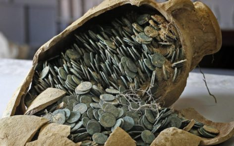Una delle anfore romane contenenti monete ritrovate in Spagna