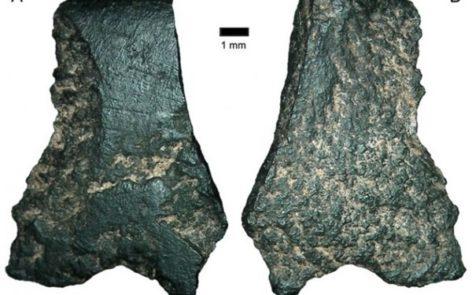 Frammenti dell'antichissima ascia ricostruita di recente in Australia