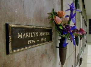 La tomba di Marilyn Monroe all'interno del Westwood village memorial park cemetery di Los Angeles (USA)