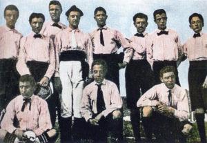 La prima formazione della Juventus (1897-98), con maglia rosa e cravattino nero