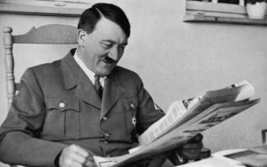 Adolf Hitler nel suo studio