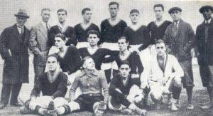 La prima formazione della Roma (1927/1928). La squadra ebbe fin da subito la maglia giallorossa