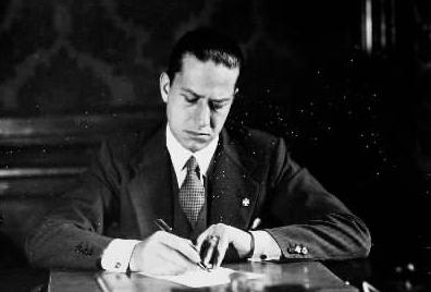 Galeazzo Ciano nel suo studio