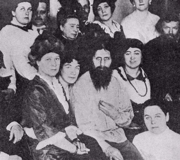 Rasputin circondato da donne, sua grande passione